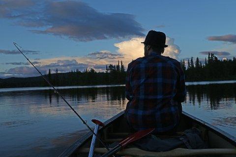 FRED OG RO: I en bred kano er man stødig og kan samtidig liste seg ut blant fisken.  FOTO: Bjørholt, Nils-Erik /