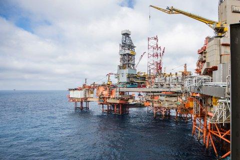 Aker BP-plattformen Valhall i Nordsjøen med den nedlagte hotellriggen lengst til venstre. Valhall-feltet, som består av til sammen seks oljeplattformer, har hatt oljeproduksjon siden 1982. Anlegget har produsert over 1 milliard fat olje siden den gang og har som ambisjon å pumpe opp 500 millioner fat olje til før den stenges ned.