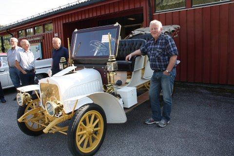 Veteranbil: Denne bilen, en Apollo 1910-modell som Asbjørn Heimlund eier, var det mange som beskuet.
