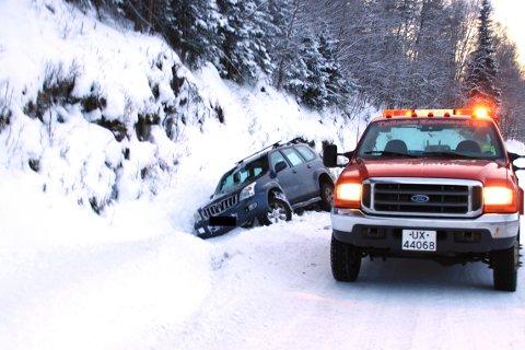 Bergingsbil er onsdag ettermiddag på stedet for å få bilen på veien igjen.