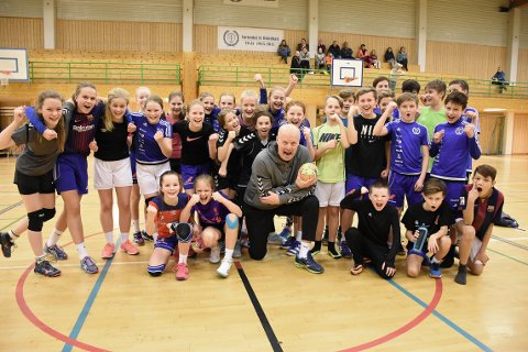 KJEMPEØKT: Gutter og jenter 12 år i Surnadals håndballavdeling sammen med Arne Högdahl etter tirsdagens to timer lange økt på parketten.