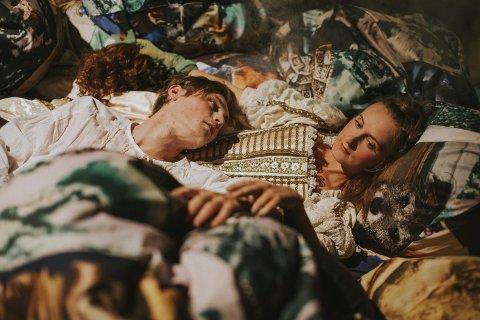 Spenstig variant av «Romeo & Julie» i Festiviteten torsdag. (Foto: Teatret Vårt)