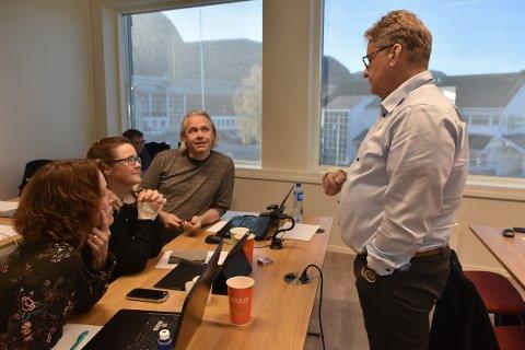 NY SJEKK: Oddny Løwe, Irene Røe Vaagan og Einar Vaagland i Halsalista fremmer krav om lovlighetskontroll av årsbudsjettet i Heim. Her sammen med Frps Bjarne Sæther (til høyre) som var med på kravet forrige gang, men som ikke har signert denne gang.
