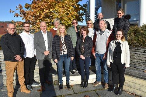 HALSA I HEIM: Kommunestyrerepresentantene fra tidligere Halsa kommune i Heim: Sverre Vullum (til venstre), Even Hendseth, Ola Rognskog, Tove Karin Halse Lervik, Hildur Hestnes (vara til kommunestyret), Solvår Skogen Sæterbø, Oddny Løwe, Merete Klevset (ikke lenger med i politikken), Jørn Ola Engdal, Einar Vaagland, Irene Røe Vaagan og Marte Halvorsen (bak til høyre).