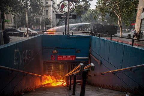 Hele tunnelbanesystemet i Chiles hovedstad Santiago er stengt og kommer til å være stengt til over helgen etter at demonstranter vandaliserte flere stasjoner.