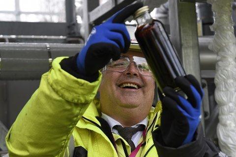 Olje- og energiminister Kjell-Børge Freiberg (Frp) tar imot den første oljen fra Johan Sverdrup-feltet. Oljen ankommer i rør til Mongstad-anlegget.