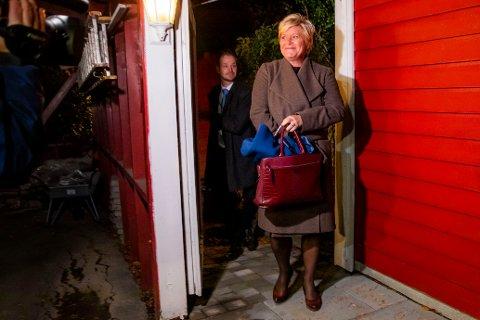 Tradisjonen tro møtte finansminister Siv Jensen pressen utenfor huset sitt på budsjettdagen.