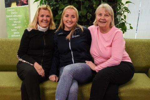 Nette Tveit, frivillighetskoordinator Siri Hollingsæter Stene og Iris Bjøringsøy håper flere ønsker å gi en frivillig innsats. - De møter oss alltid med et smil her, forteller Iris.