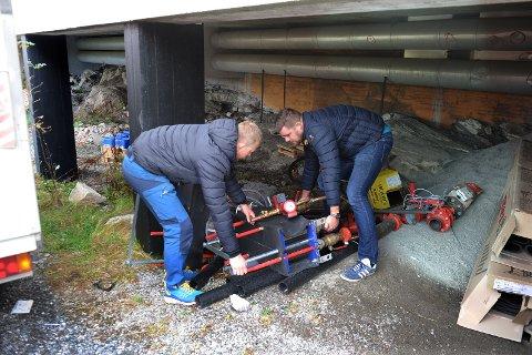 Sindre Sæther og Anders Bjerkelund i Arena Nordvest fant installasjonen som mottar fjernvarme fra Arena Nordvest i en skrothaug ved kjelleringangen til Atlanten videregående skole.