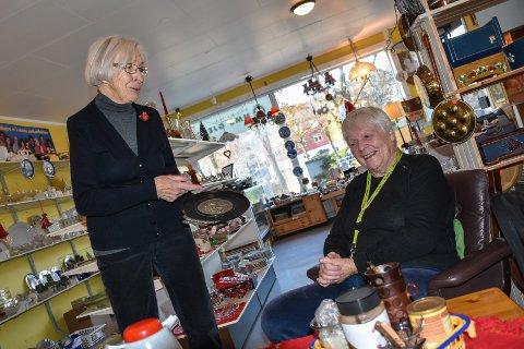 Eldrid Skorstad (venstre) og Karen Andrine Flatø fikk et flott serveringsfat.