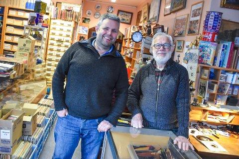 Stig Sæther (venstre) og Roald Hansen driver Postkorthjørnet. Butikken er vel mer for samlere, sier duoen.
