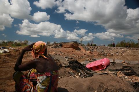 Her ser vi ødeleggelsene på veien mellom Nhamatanda og Tica i Mosambik, etter den voldsomme syklonen Idai sine herjinger i mars i år.