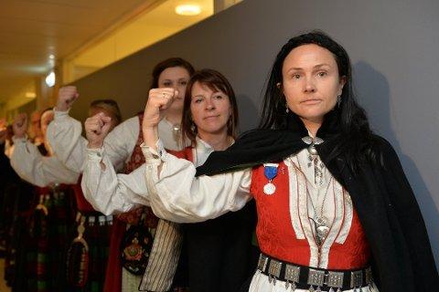 Anja Cecilie Solvik (foran) leder Bunadsgeriljaen.