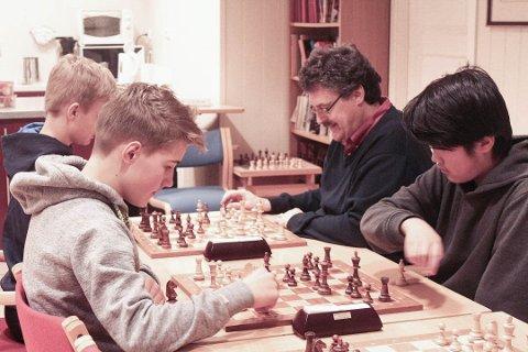 Tore Kristiansen (bakerst til høyre) spiller mot Johannes Tylden. I mens spiller Sava Dunjac (fremst til høyre) mot Andreas Eikrem.