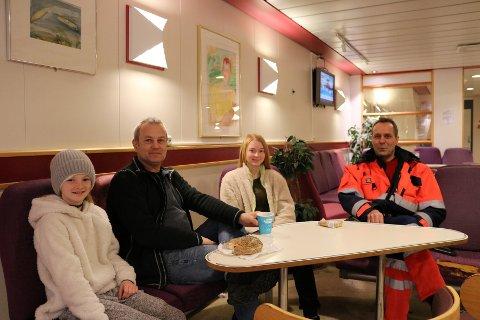 Kristine (11), Kåre og Iris Moe (16) tar frukosten på ferja. Medan Tommy Kjønnø slår av ein prat med dei, og med avisa, da.