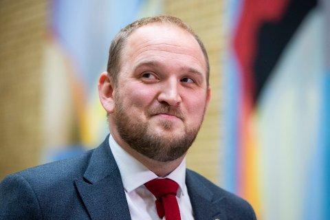 Samferdselsminister Jon Georg Dale (Frp) sier dagens eldre er friskere enn tidligere og at det følgelig er viktig å tilpasse regelverket deretter.