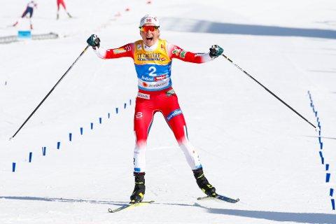 Therese Johaug jubler for seieren i lørdagens skiathlon i ski-VM i Seefeld.