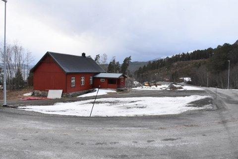 FLYTTE: Grunneierne av hyttefeltet på Nordvik ønsker å flytte avkjørselen til feltet nærmere lunneplassen i bakgrunnen, slik at veien inn til feltet ikke legges bak forsamlingshuset (til venstre på bildet).