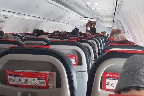 Passasjerer på et Norwegian-fly som landet i Alta, venter på å bli evakuert som følge av at en bombetrussel ble rettet mot flyet.