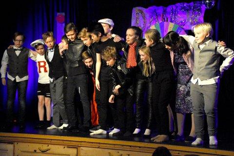 GLEDE SEG: Publikum kan bare glede seg til kveldens forestilling Grease som elevene ved Bøfjorden og Bæverfjord oppvekstsenter har satt opp.