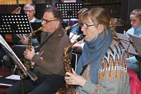 Saksofonistene Siv Larsen og Jøran Naas bryner seg på mange høye toner.