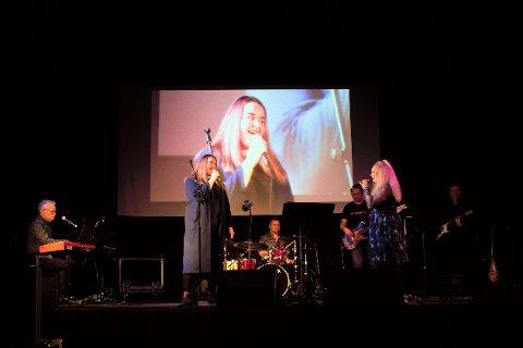 Smølas egne musikere stilte på kort varsel under navnet «Værfast». Fra venstre Asgeir Gjøstøl, Lilly Lura, Vegar Gjøstøl, Sølvi Tollefsen Eines, Asbjørn Ole Karstensen og Gunnar Nordheim.
