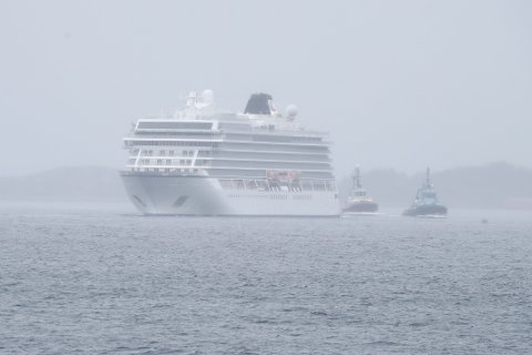 Cruiseskipet Viking sky er på vei inn til Molde etter å ha hatt motorstopp og kraftig uvær.