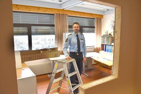 ÅPNER: Lensmann Olav Halse ved Surnadal og Rindal lensmannskontor åpner det nyoppussete pass- og ID-kontoret torsdag 25. april.