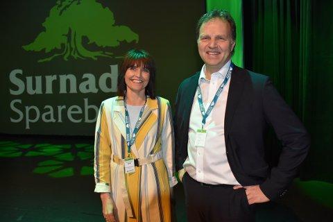 I GANG: Konferansier Bente Krangnes Edvardsen og banksjef Allan Troelsen er onsdag formiddag i gang med næringslivsdagen i regi Surnadal Sparebank.