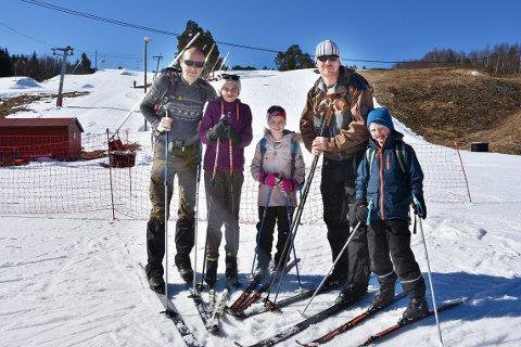 PÅ SKI: Per Arne Hyldbakk, Ida Annette Hyldbakk, Eline Saltrø Polden, Peder Saltrø og Erlend Saltrø Polden var utstyrt med langrennsski og tok heisen opp alpinbakken for å gå til Strengen og deretter komme ned på Vang skiarena.