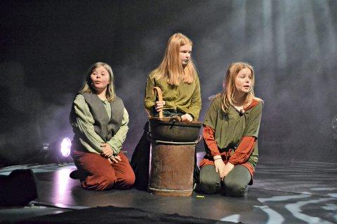 Dramaelevene Inga Mathea Korsrud Gundersen (fra venstre), Ragna Røttingsnes og Sandra Balstad Torhjul.