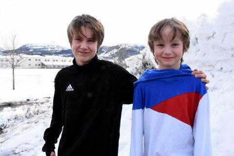 REDDET: Storebror Sondre (tl venstre) så at lillebror Brage ble tatt av snøskred, men beholdt roen og klarte å finne og grave fram Brage før det var for sent.