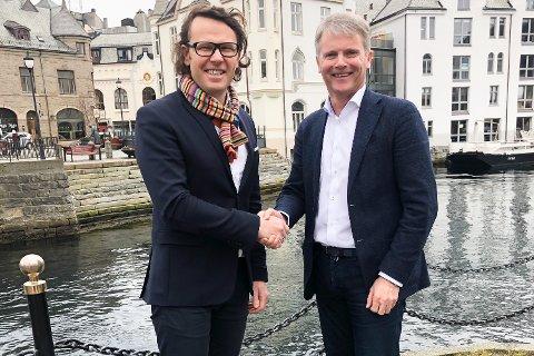 Administrerende direktør Thomas Skjelbred i Altibox(til venstre) og administrerende direktør Jan Troøyen i Nordvest Fiber.