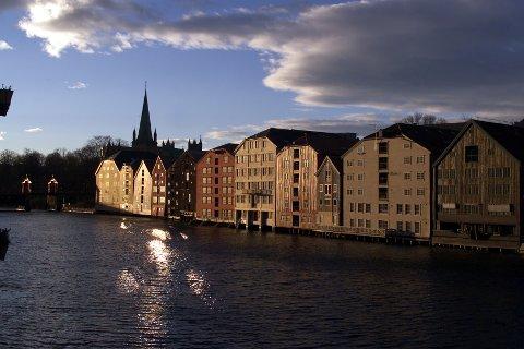 Politiet fikk melding om at en person ble observert drivende i Nidelva, nedenfor Bakke bru, i Trondheim. Søk har imidlertid ikke gitt resultater.