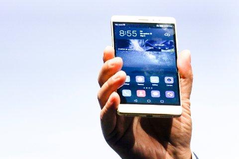 Den avbildede telefonen Huawei Mate S vil fortsette å ha tilgang til Google-tjenester, men kommende Huawei-modeller får ikke slik tilgang. Google har kuttet samarbeidet med den kinesiske mobiltelefonprodusenten etter at president Donald Trump har nedlagt forbud for amerikanske selskaper mot å drive handel med telekomselskaper som administrasjonen oppfatter som en trussel.