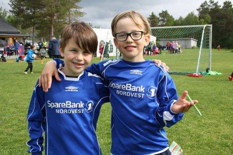 Artig å spille fotball: Isak Engdal Erlandsen (8) (til venstre) og Nikolai Finset (8), som spiller på Aure G9, synes det er artig med fotball.