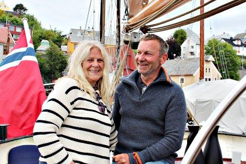 Båteier Tom Ueland Bratås med samboer Bitten Bakke.