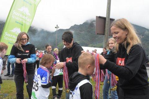 SUKSESS: Med nesten 150 deltakere der det ble medaljer for alle de som løp Mini-Ræta, kan arrangørene med Ingvild Kårvatn (til venstre) i spissen konkludere med at lørdagens Ræta Opp under Todalsdagen ble en suksess. Inntekten går til MOT Surnadal, der lærer Laila Sollid og ungdomskontakt Kristin Børset er glade ambassadører på vegne av organisasjonen.