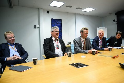Fra venstre; admnistrerende direktør i Norske Shell, Rich Denny, Erik Haugane, Ole Borten Moe og Henrik Schröder i Okea, og kommunikasjonssjef i Shell Kitty Eide. Bildet ble tatt da det ble kjent at Okea kjøper Shell sin andel av Draugen.