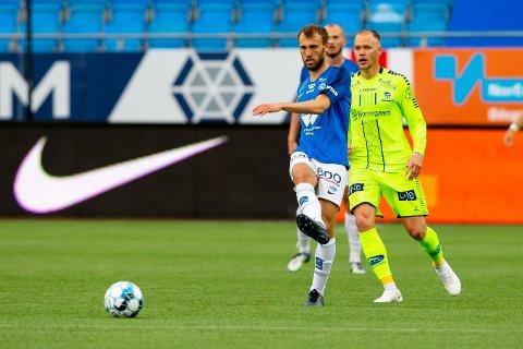 Moldes Magnus Wolff Eikrem (t.v) og Matti Lund Nielsen i eliteseriekampen i fotball mellom Molde og Sarpsborg 08 på Aker Stadion.