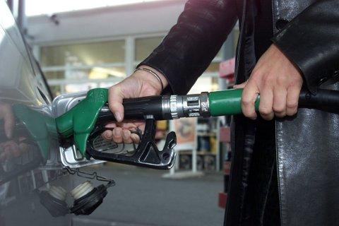 Det ble solgt 98 millioner liter med bilbensin forrige måned, en nedgang på 5 millioner liter siden juni 2018.