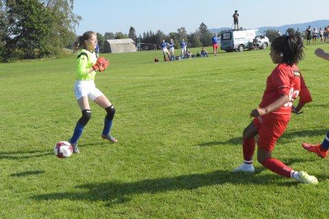 MÅL: Maria Øksenvåg farlig frampå tidlig i kampen mot Tornado. Hun kom på scoringslisten like etterpå da hun sendte Averøy Fotball i leldselen 1-0 i kampen som endte med seier 4-0.
