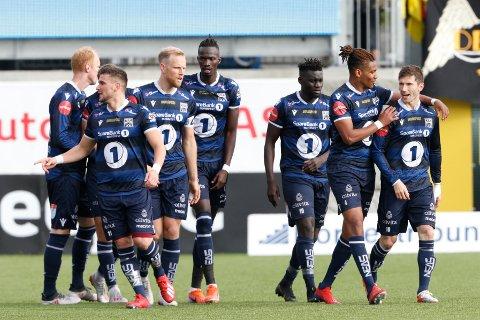Liridon Kalludra gratuleres med 1-0. Eliteseriekampen i fotball mellom Kristiansund og Lillestrøm på Kristiansund Stadion.  Foto: Svein Ove Ekornesvåg / NTB scanpix