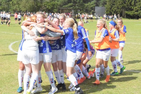 JUBEL: Surnadal jenter 15 kunne slippe jubelen løs etter en dramatisk kamp mot Djerv 1919 i Norway Cup torsdag.