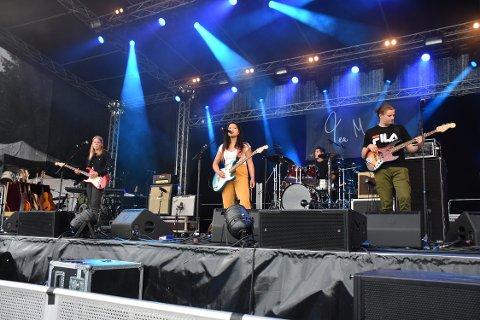 Tea Megaard hadde med seg Odin Landbakk på gitar (fra venstre), August Nikolai Kristiansen Cancino på trommer og Tarald Kongshaug på bass da de åpnet Skjærvafest lørdag ettermiddag.
