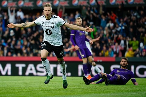 Alexander Søderlund feirer mål for Rosenborg mot Maribor tirsdag.
