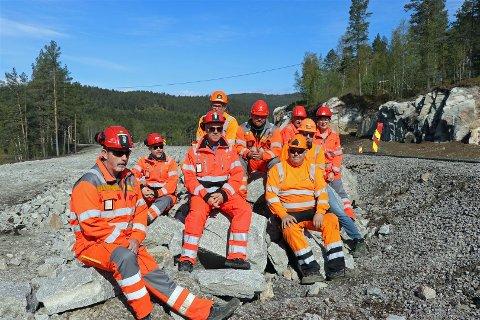 Prosjektleder Odd Helge Innerdal (i midten) og hans medarbeidere har greid å komme om lag 50 millioner kroner under styringsramma for fylkets beste vei. Lørdag åpner veien offisielt. Bildet er fra trafikkåpningen 14. mai i år.