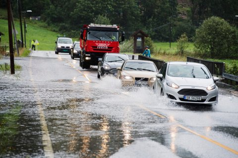 Lyn, torden og styrtregn førte til trafikkproblemer og oversvømmelser på Østlandet.