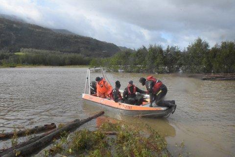FLOM: Store mengder vann flommet inn over innmark i Øvre Surnadal mandag. Det ble satt inn båter for å komme bort til sau som var i nød.