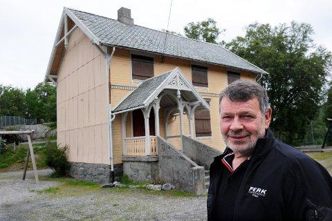 Styreleder Harald Mork vil ha kommunen med på et spleiselag for å få flyttet skolemuseet i Bådalen til Kvernes.